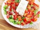 Рецепта Салата с чери домати, зелени чушки и сирене